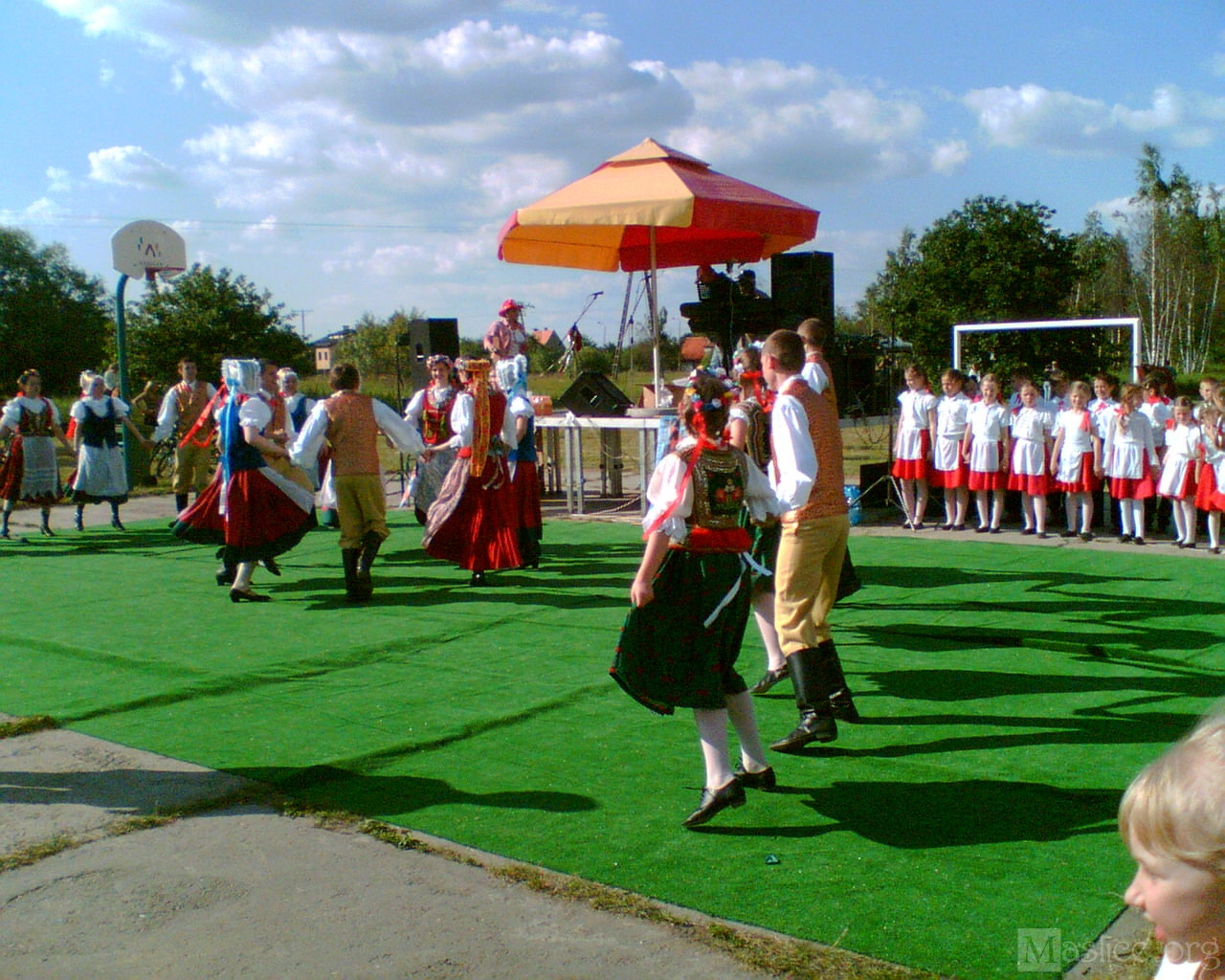 festyn_osiedle_maslice_2006_o_mamy_nawet_zespol_folklorystyczny